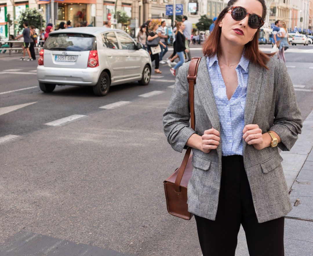 Checked Blazer trend | How to style a checked blazer this fall | Blazer season in La Gran Via | Smart casual outfit | Outfit for the office | Chequered blazer | Chic outfit inspiration | Fall outfit inspiration | Autumn fashion | Outfit inspiration autumn | How to wear a blazer this fall | Minimal streetstyle| Original bags | Statement bag | Structured bag | Leather bag | Zara | How to transition your wardrobe for autumn | She talks Glam | Saida Antolin | Madrid Fashion | Masculine touch